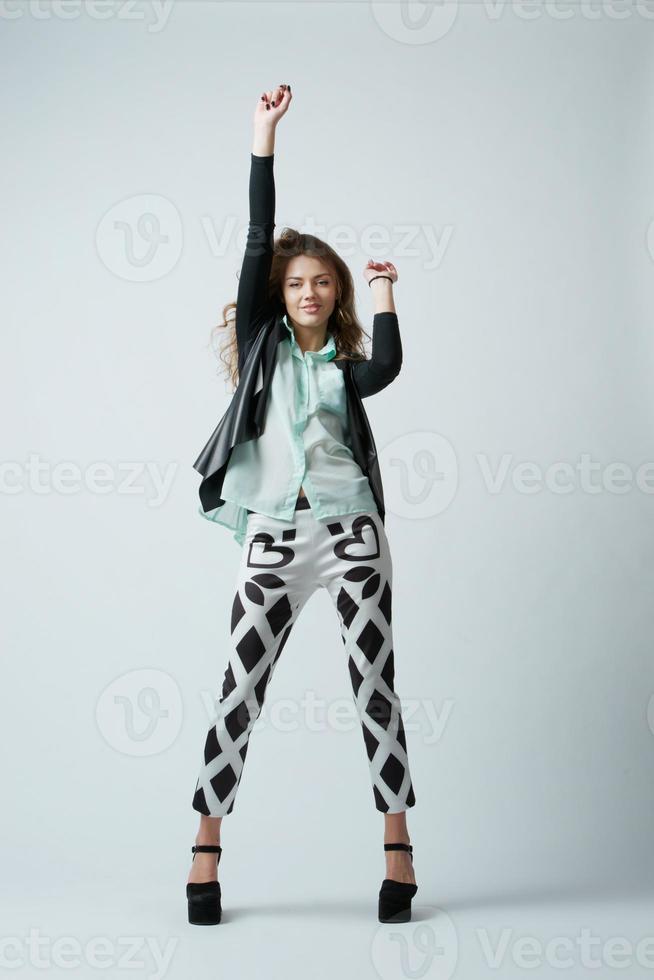 hermosa chica morena bailando foto