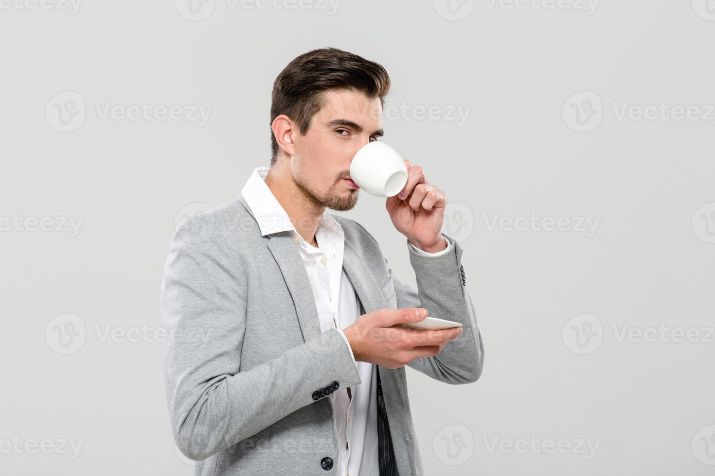 empresario atractivo bebiendo corree foto
