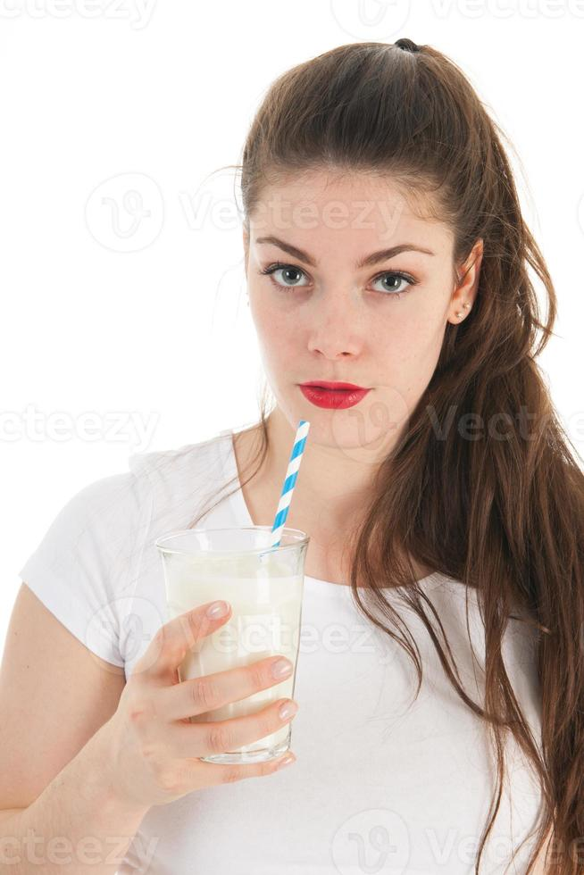 mujer joven bebiendo leche foto