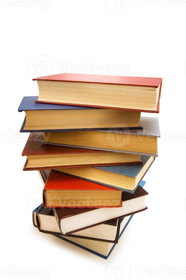 pila de libros aislados en el fondo blanco foto