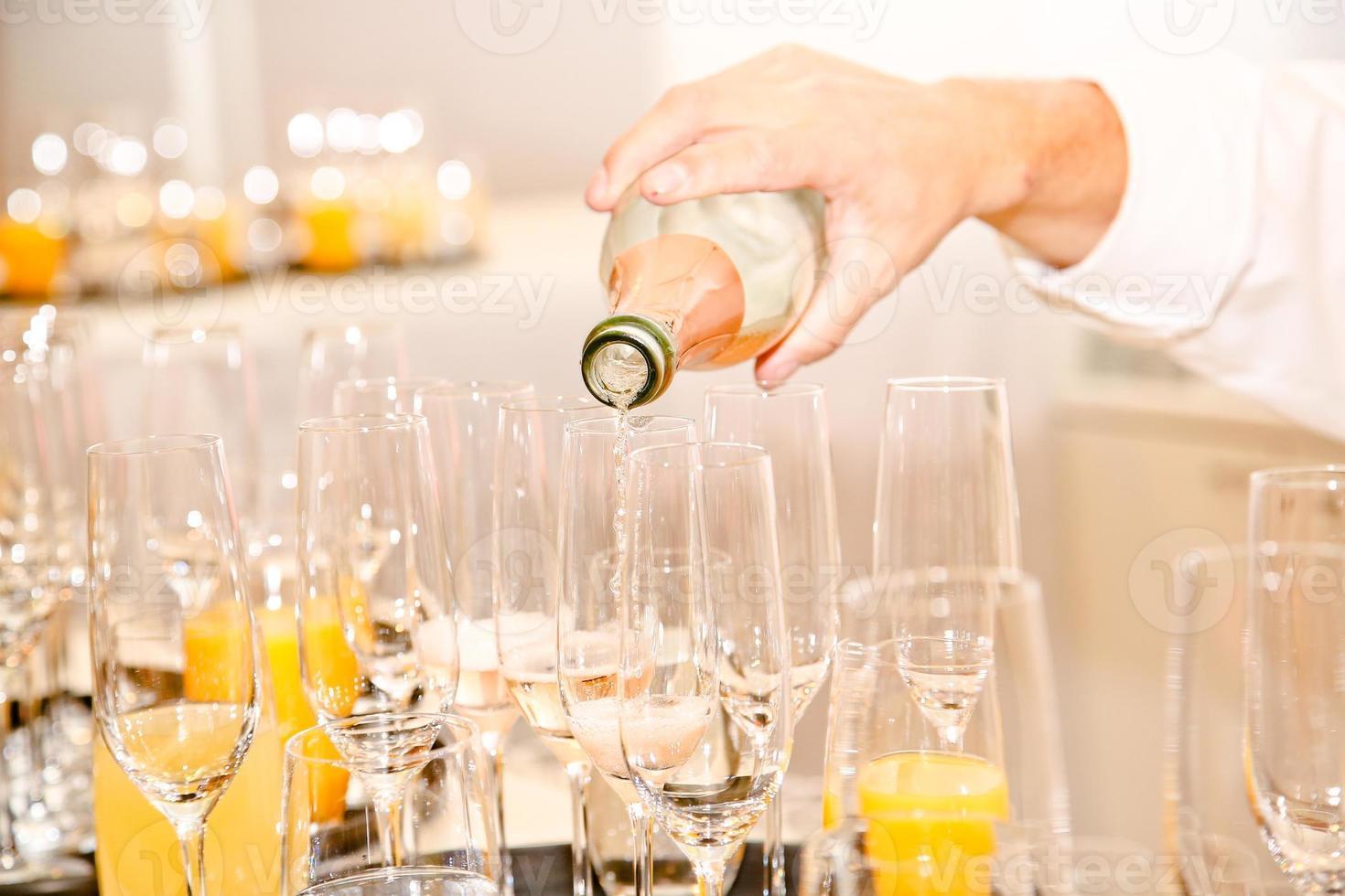 bebidas servidas por un camarero foto