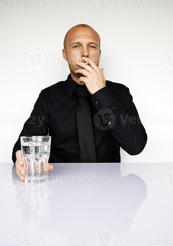 los hombres de negocios fuman y beben foto