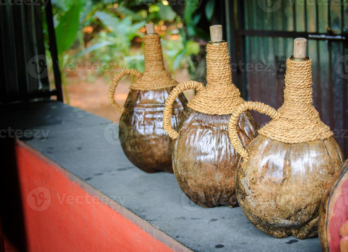 vasijas de madera antiguas para bebidas foto