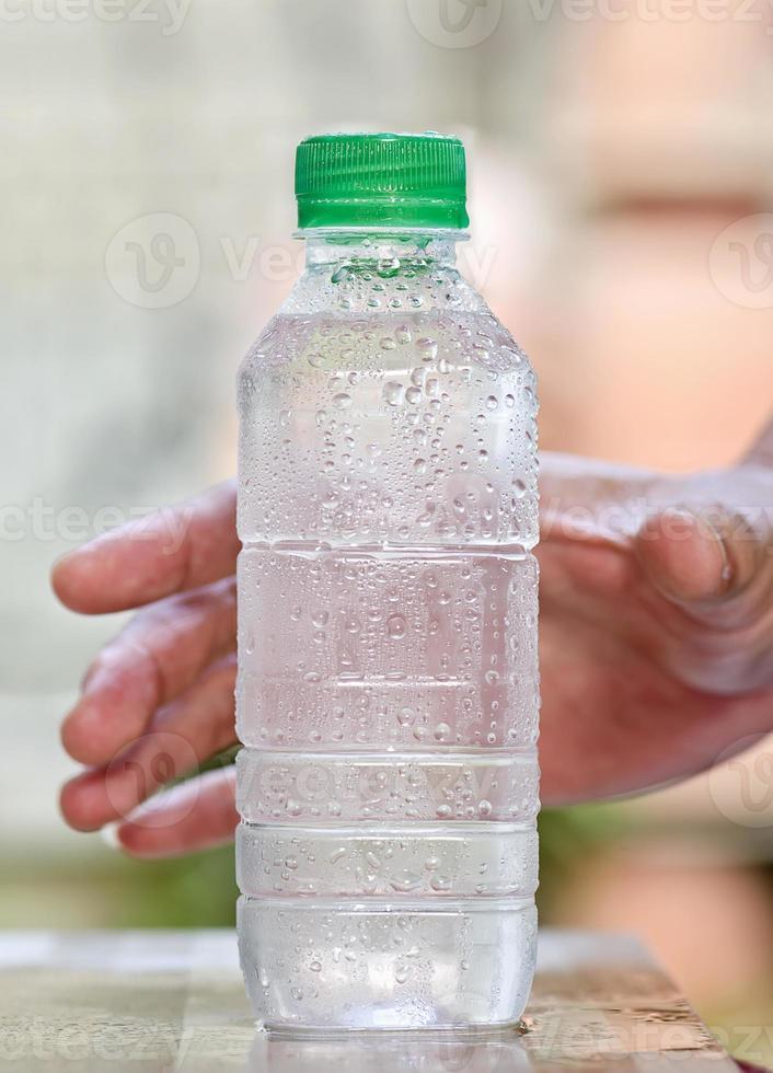 agua potable fría en botella foto