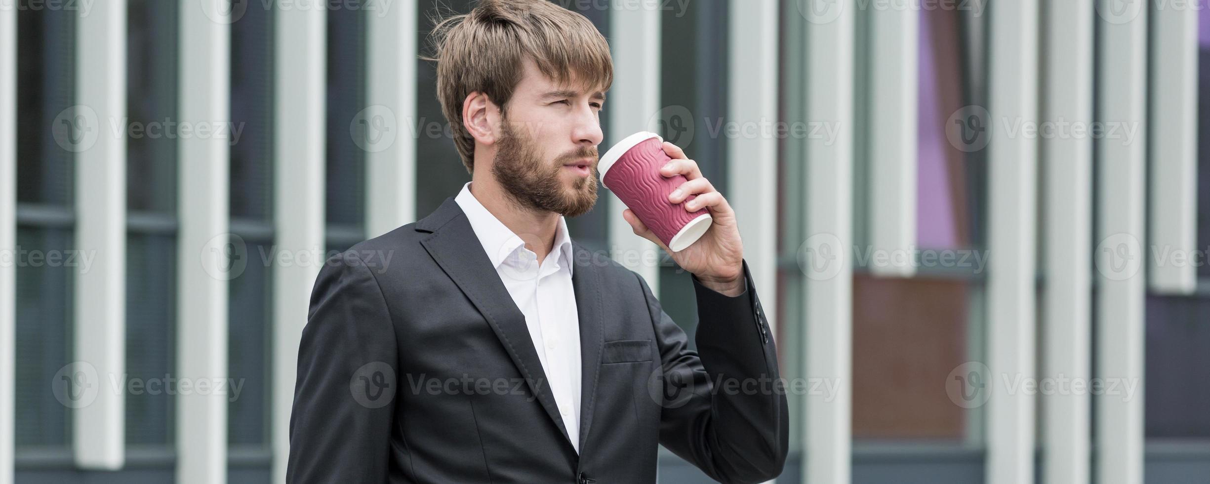 knappe jonge baas koffie drinken foto