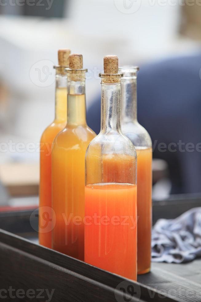 bebida viva en botellas de vidrio foto