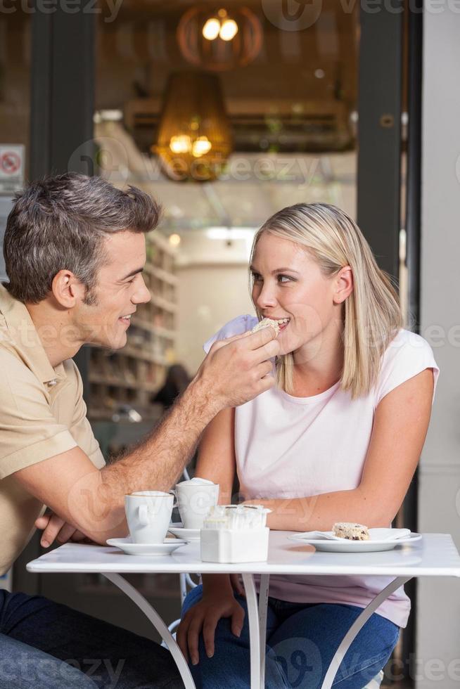 pareja de enamorados tomando café foto