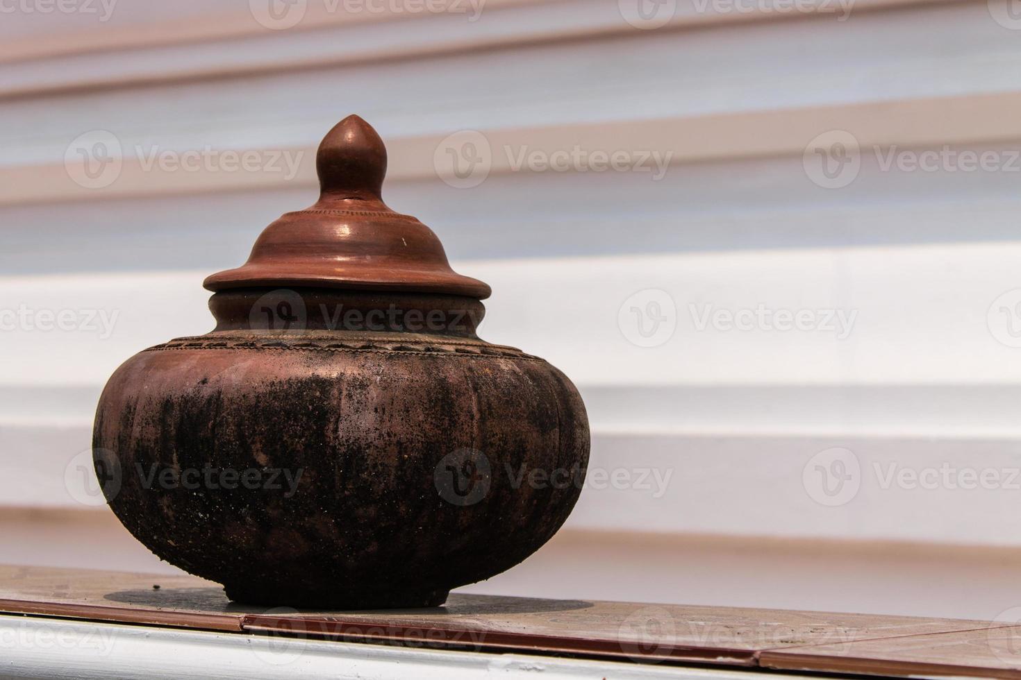 panela de barro na água potável foto