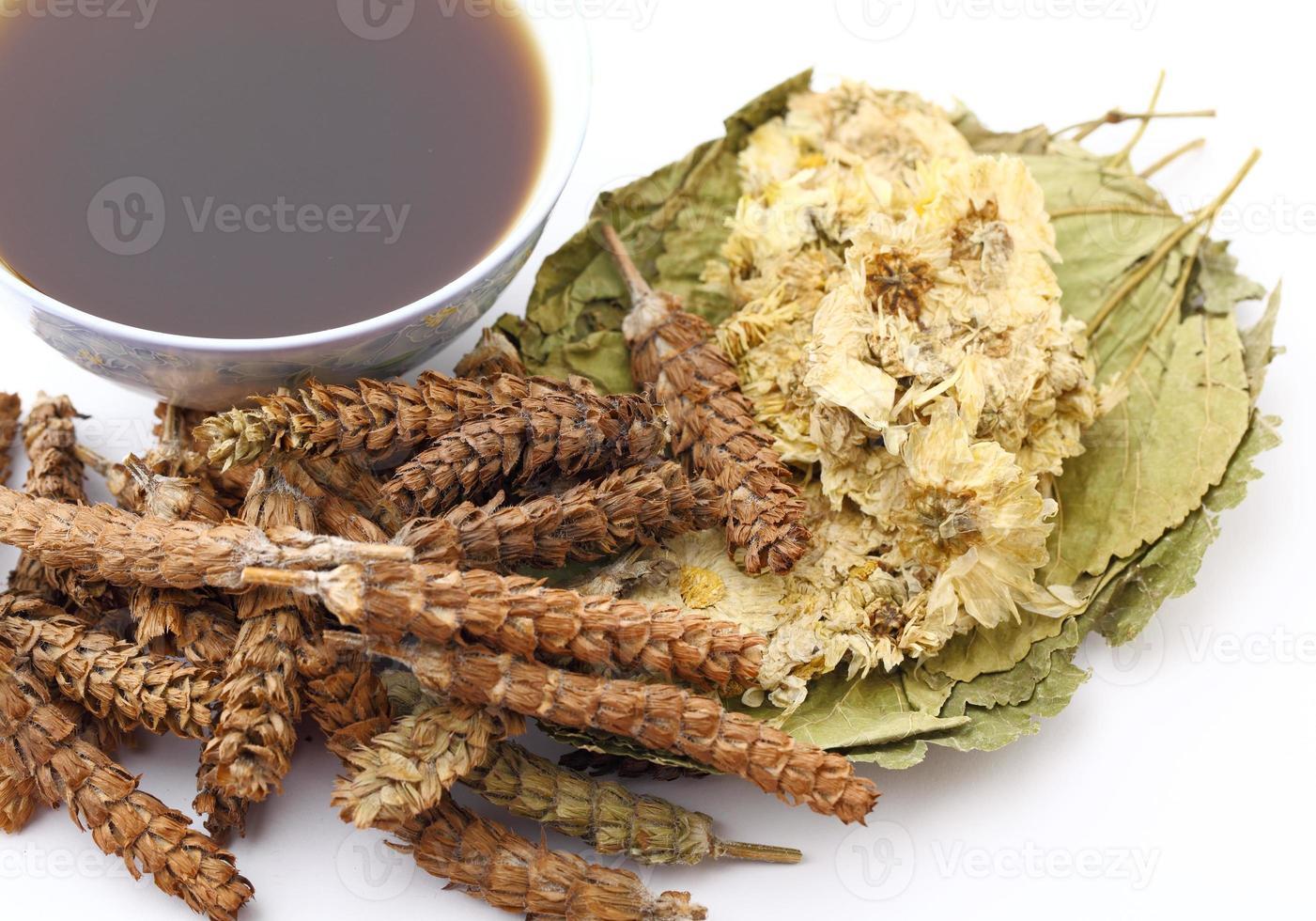 bebida de medicina de hierbas tradicionales chinas foto