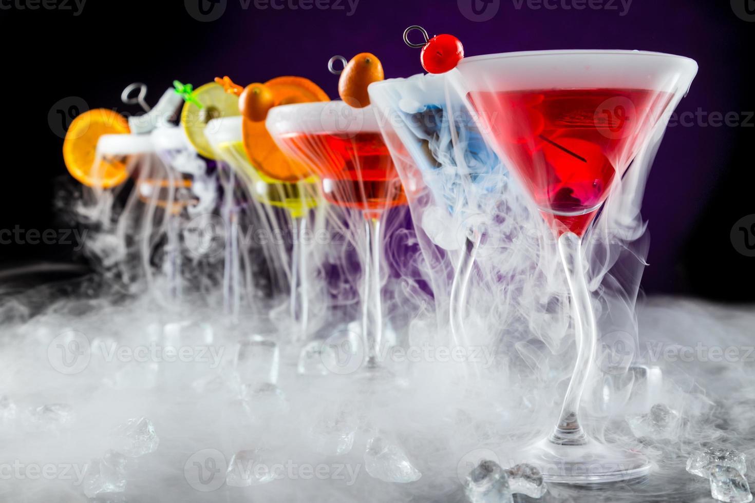 bebidas de martini con efecto ahumado foto