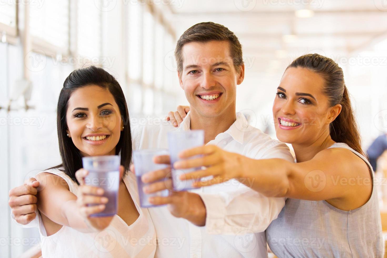 grupo de amigos tomando bebidas foto