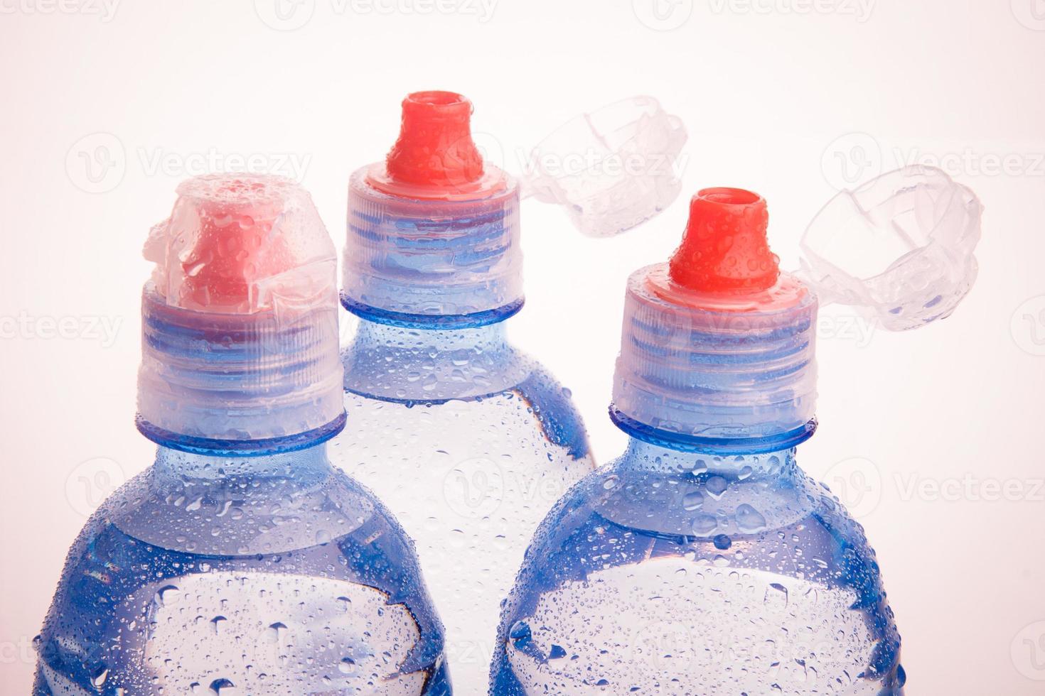 botellas de plástico de agua potable foto