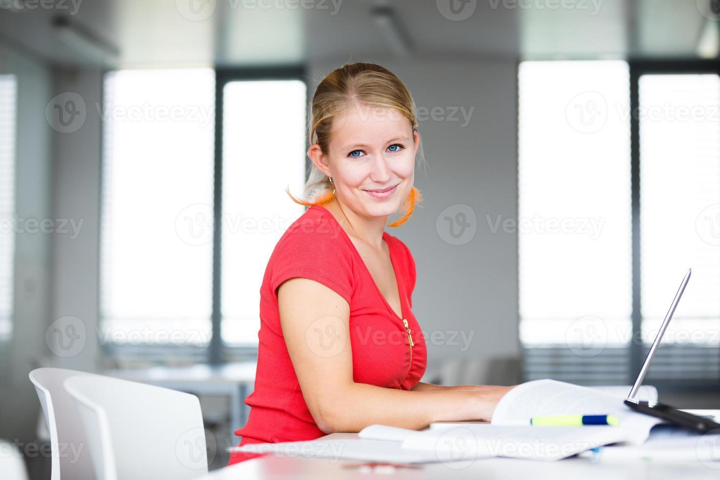 bonita, estudiante femenina en una biblioteca de secundaria foto