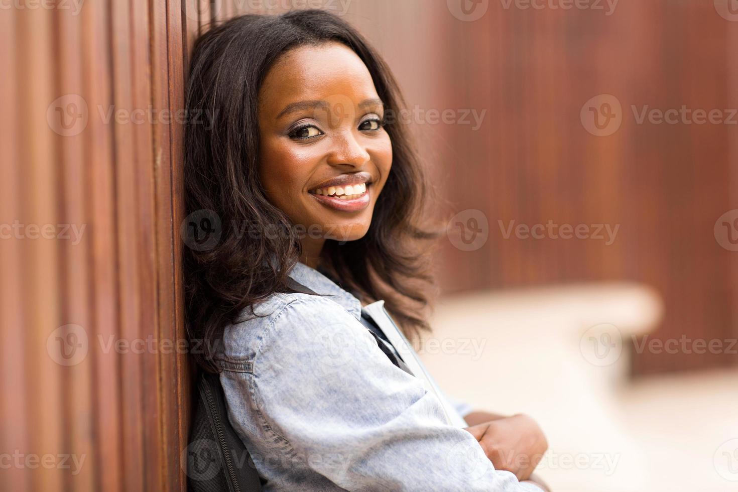Retrato de joven universitaria afroamericana foto
