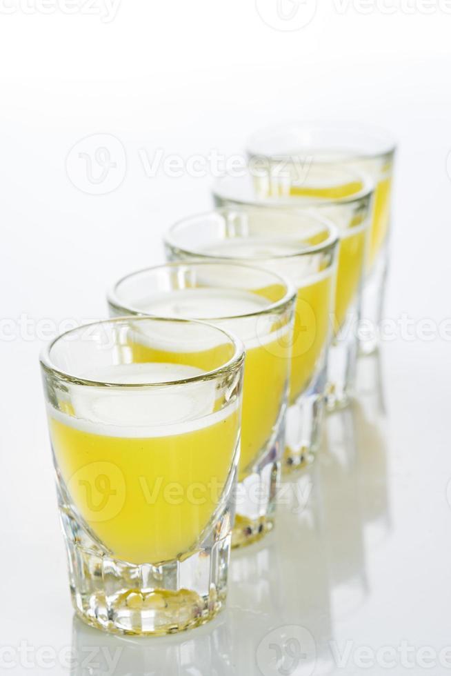 hermosos vasos de chupito a contraluz. amarillo foto