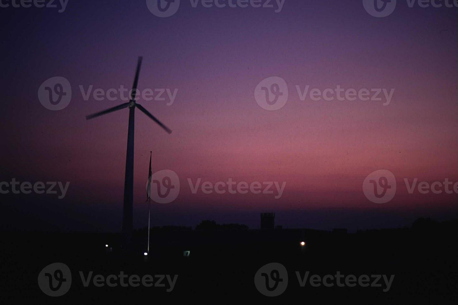 generador de turbina eólica silueta al atardecer foto