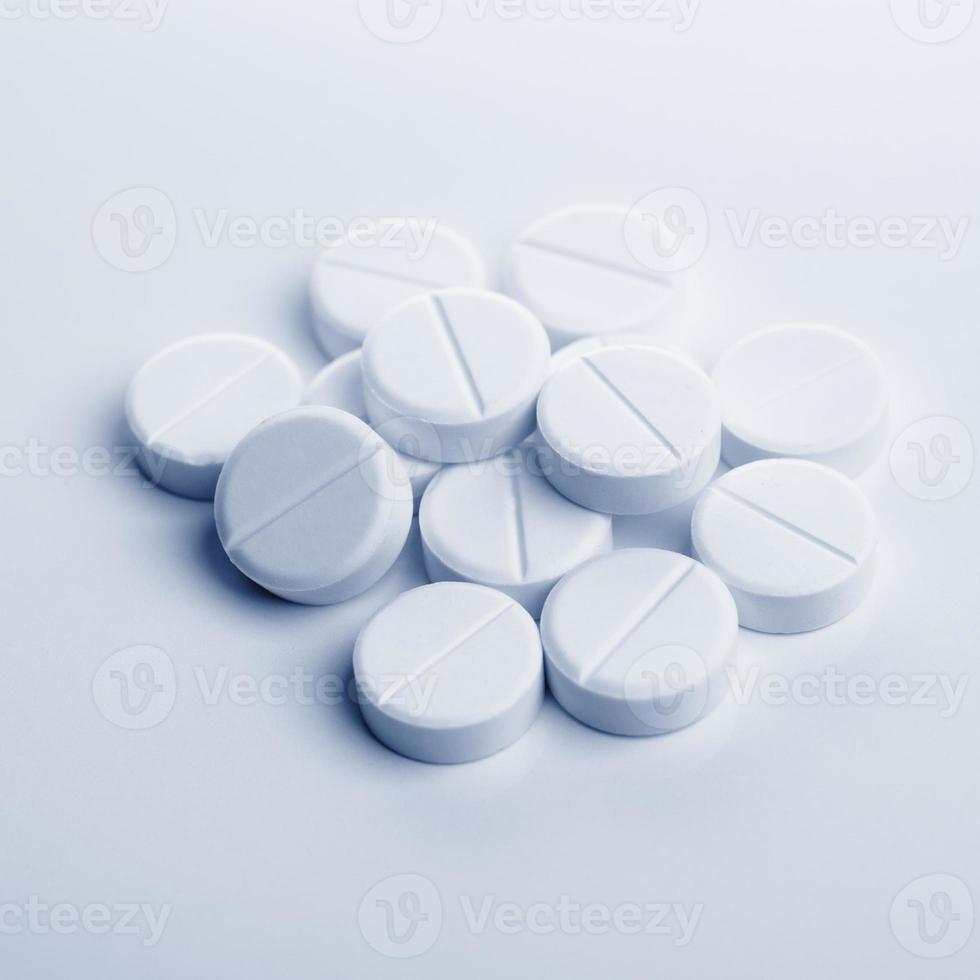 pila de tabletas blancas foto