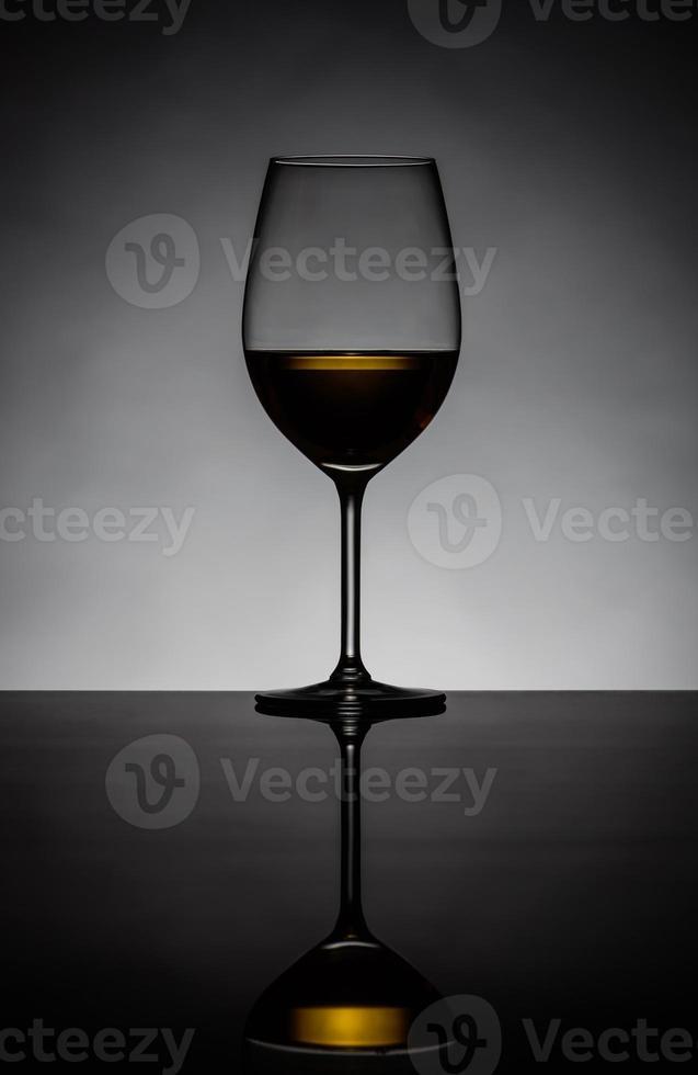 silueta de vino blanco de vidrio foto