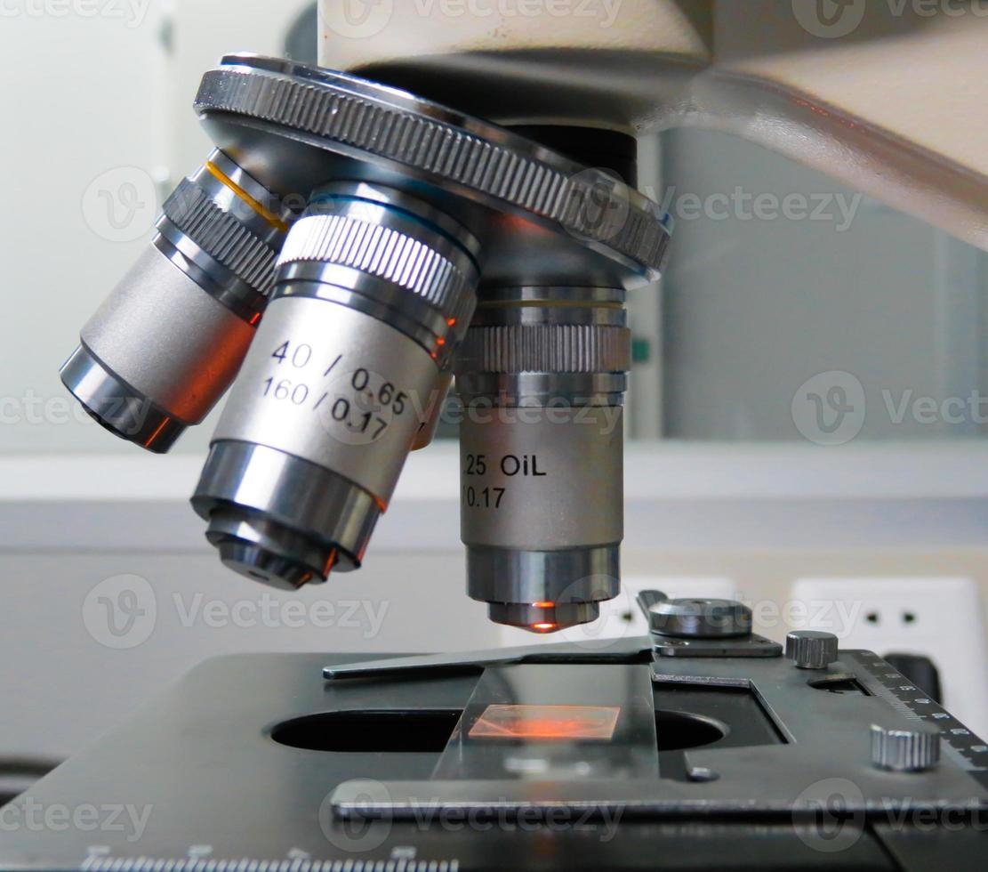 lente de microscopio de laboratorio foto