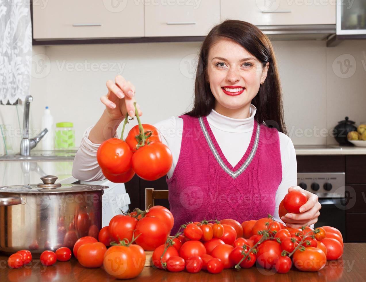 mujer feliz con tomates rojos foto
