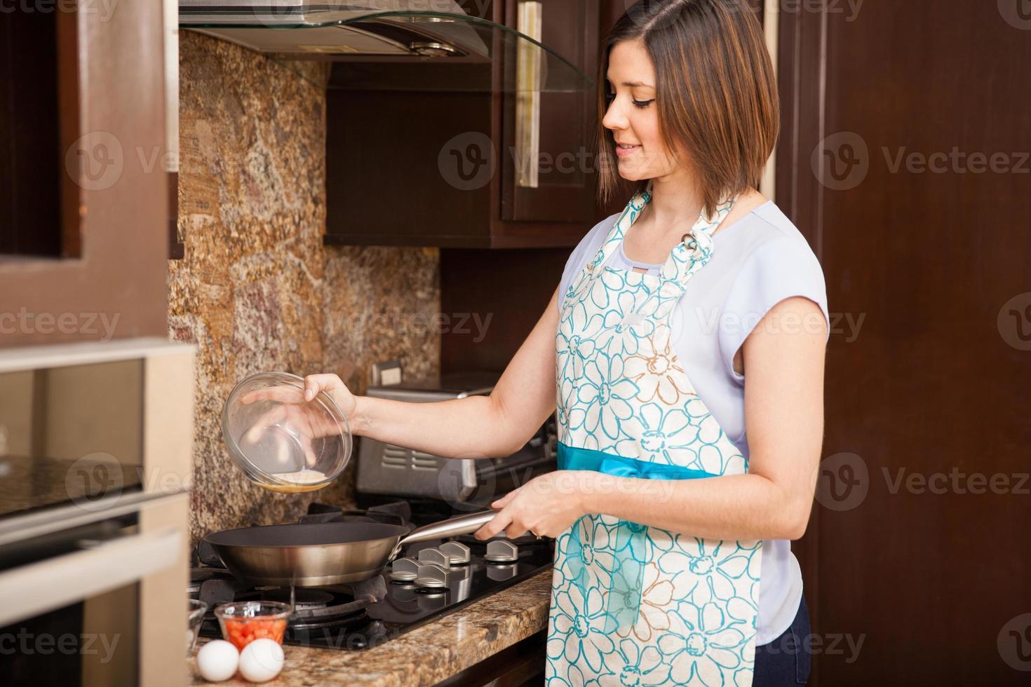 freír unos huevos en la cocina foto