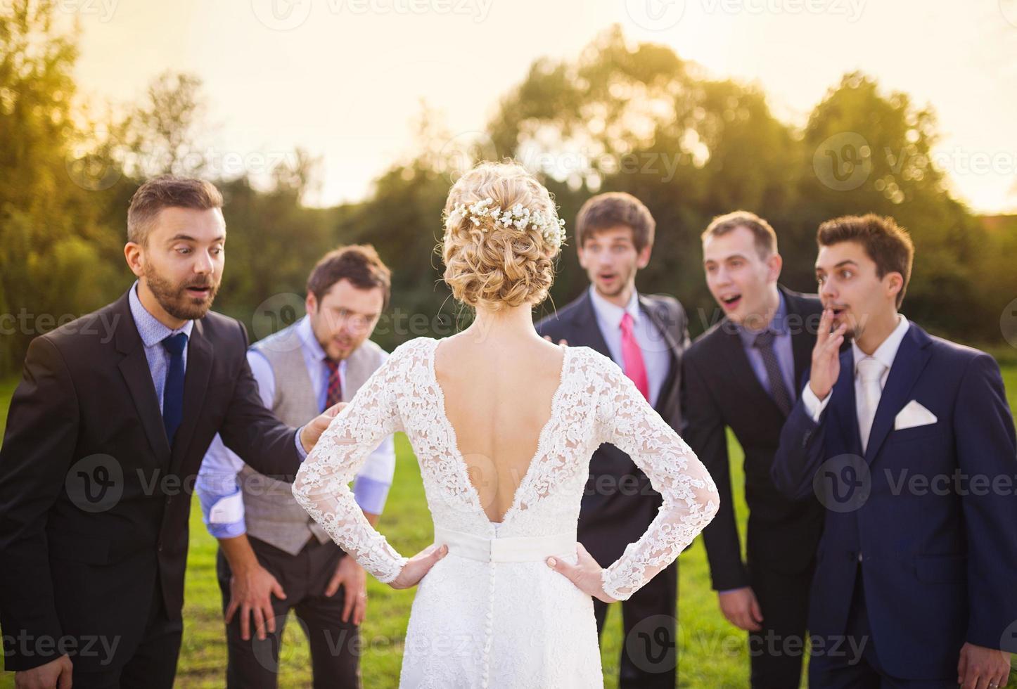 padrinos de boda mirando a la novia foto