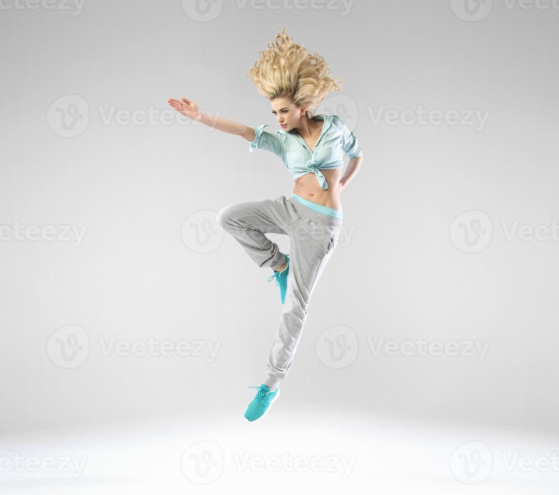 mujer rubia alegre durante el entrenamiento foto