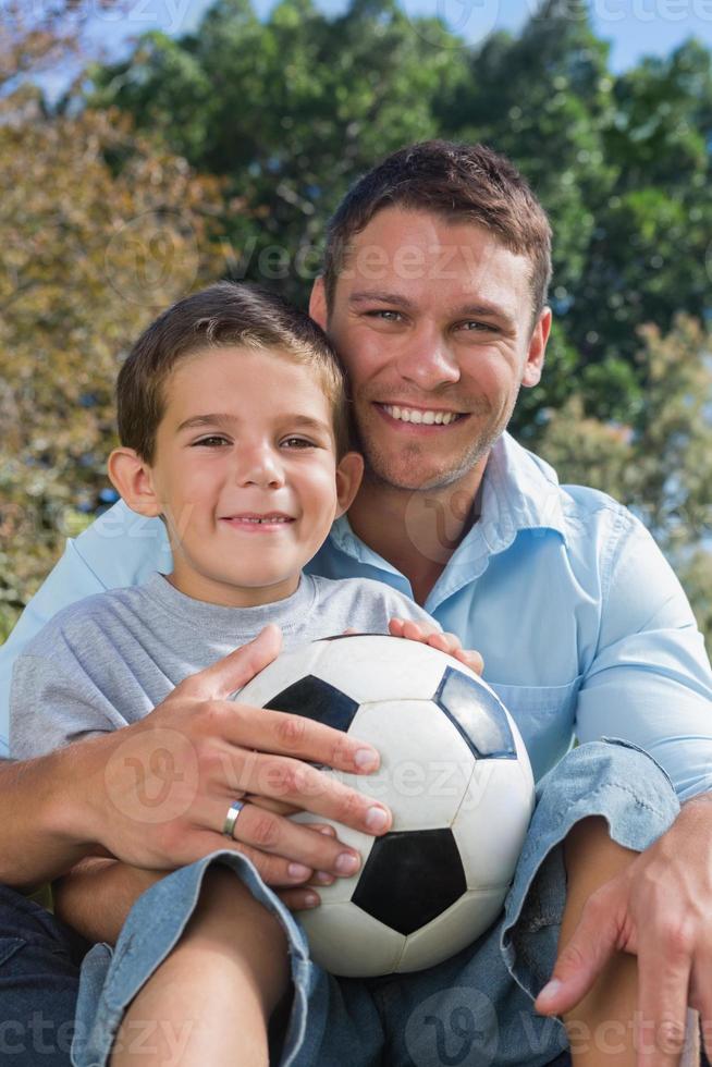 alegre padre e hijo con fútbol foto