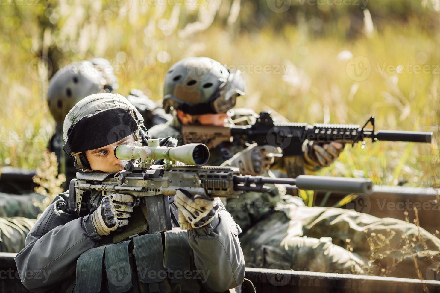 soldados disparan a un objetivo con el arma foto