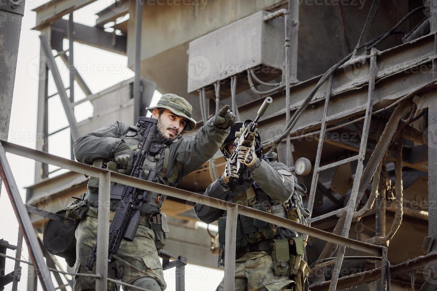 dos francotiradores mirando el objetivo foto