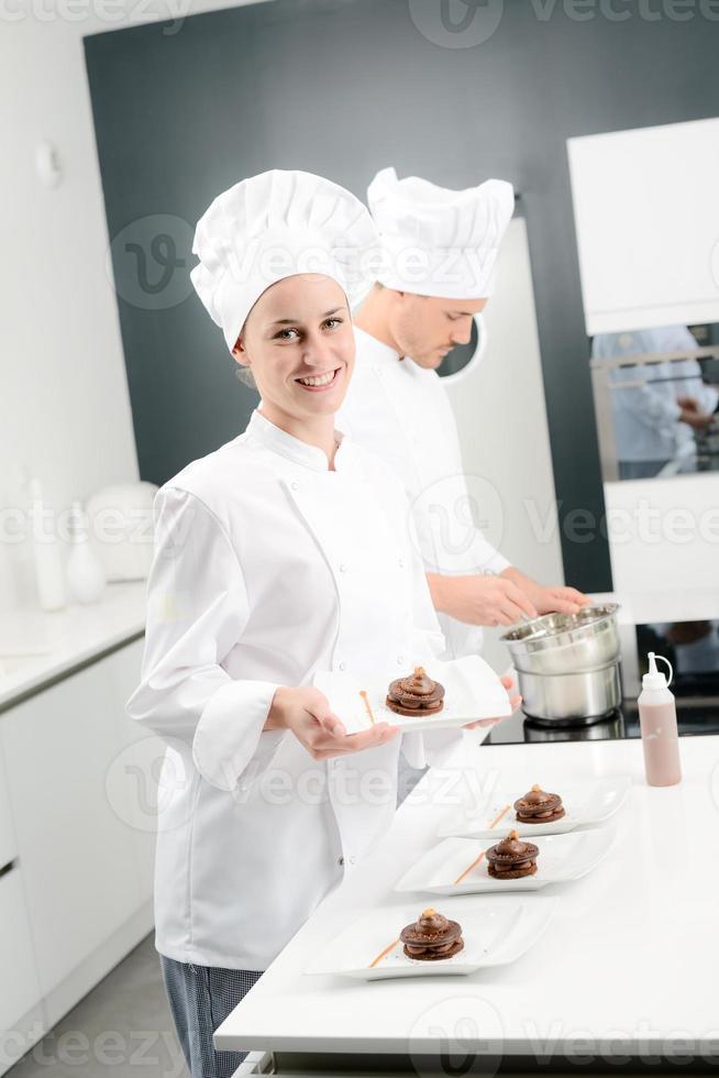 alegre joven pastelero profesional en el trabajo foto