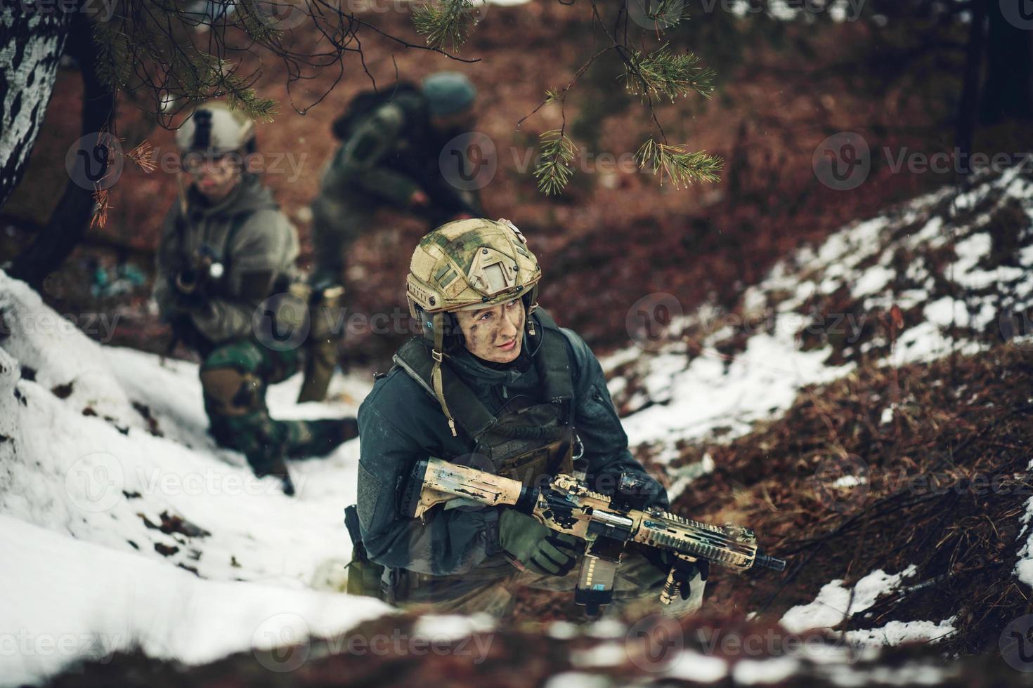 mujer soldado miembro del escuadrón de guardabosques foto