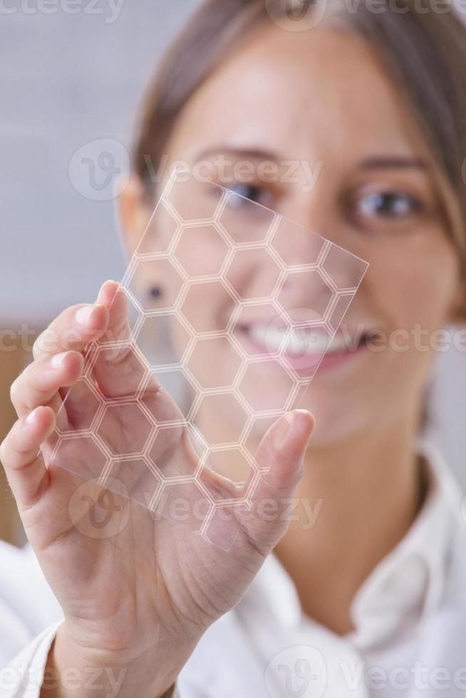 Científico que muestra un pedazo de grafeno con molécula hexagonal. foto