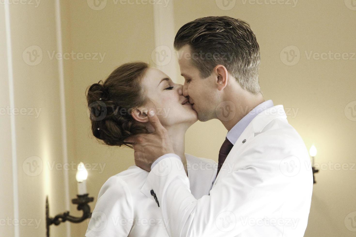 novios besándose foto
