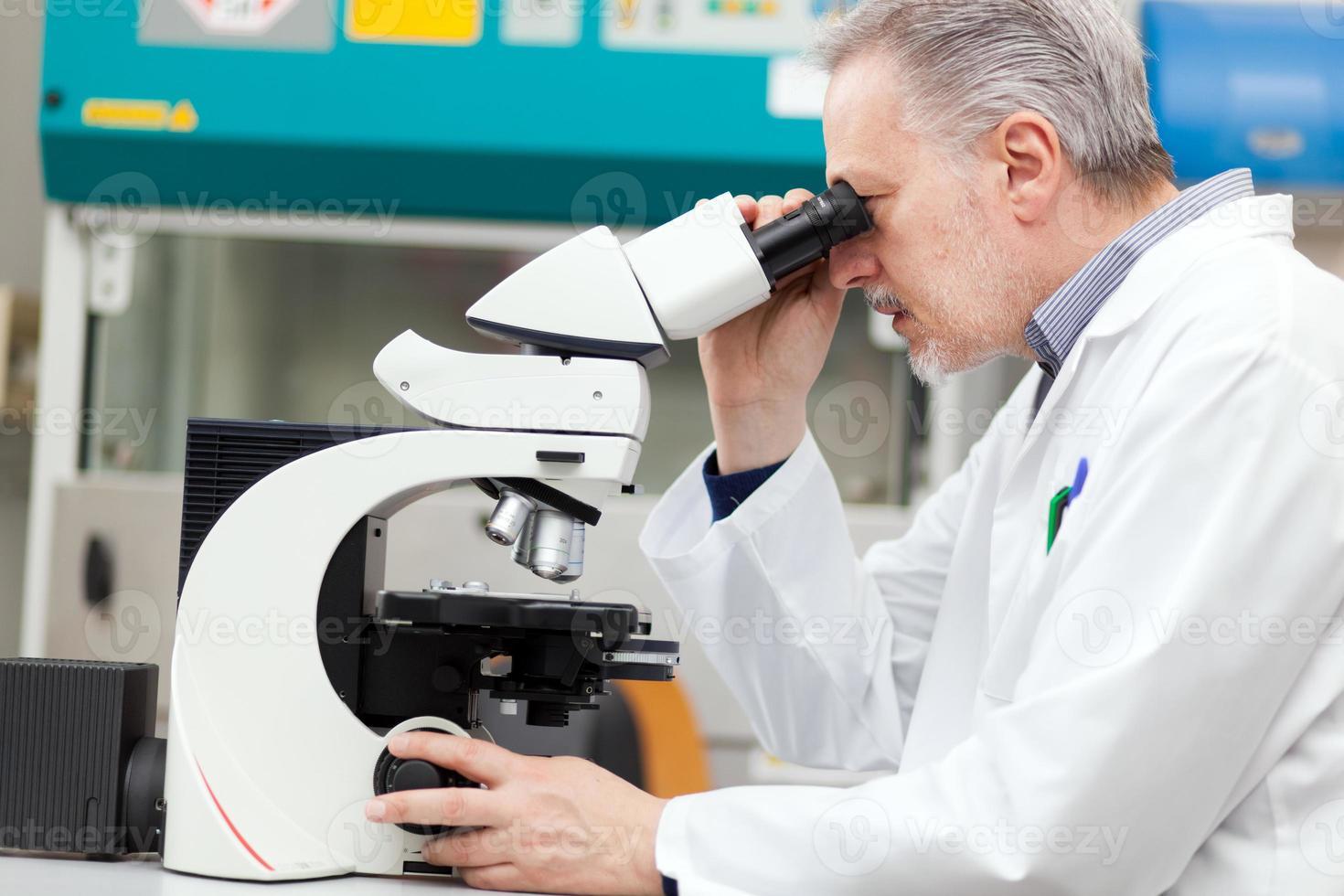 investigador trabajando en un laboratorio foto