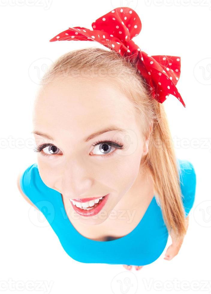 alegre chica divertida mirando hacia arriba foto