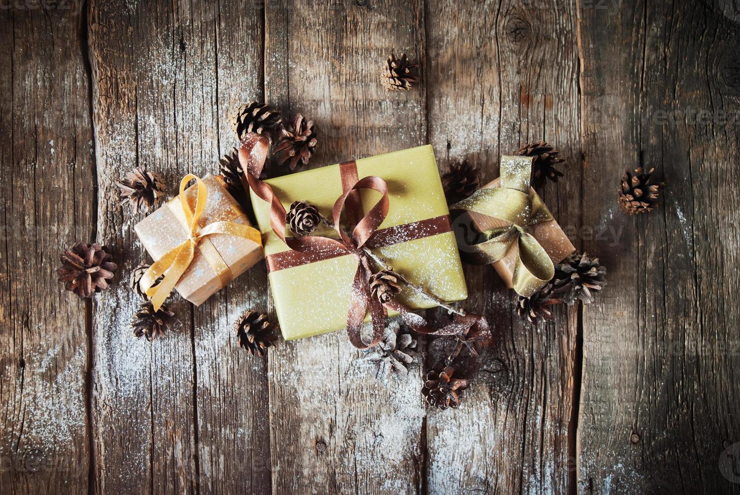 cajas festivas en mesa de madera decorada con piñas foto
