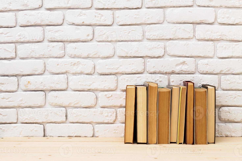 libros sobre la mesa foto