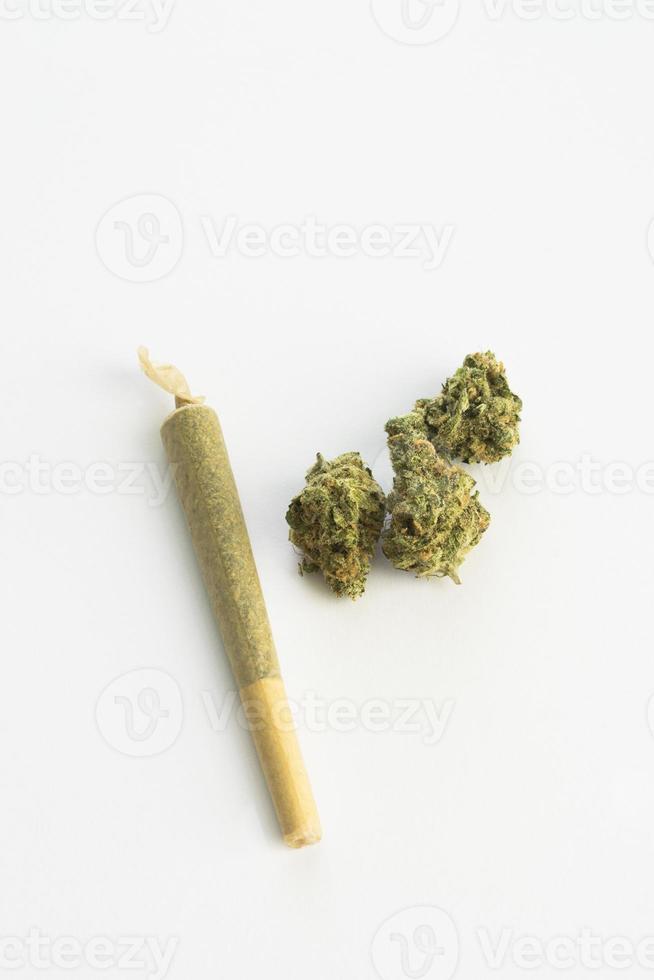 cigarrillo de marihuana con cogollos de marihuana espacio de copia vertical foto