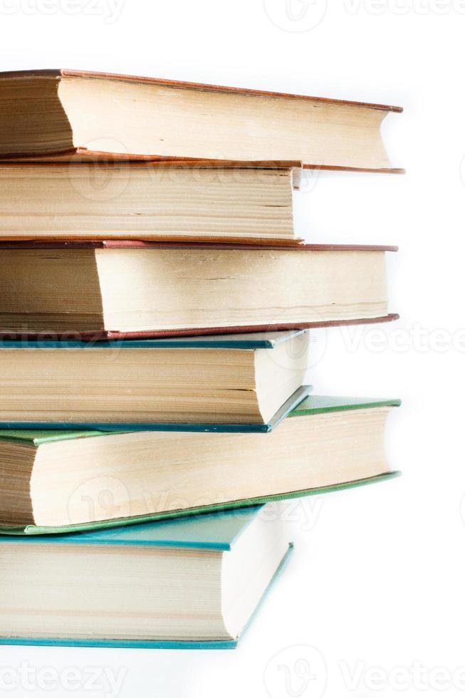 pila de viejos libros aislados en blanco foto