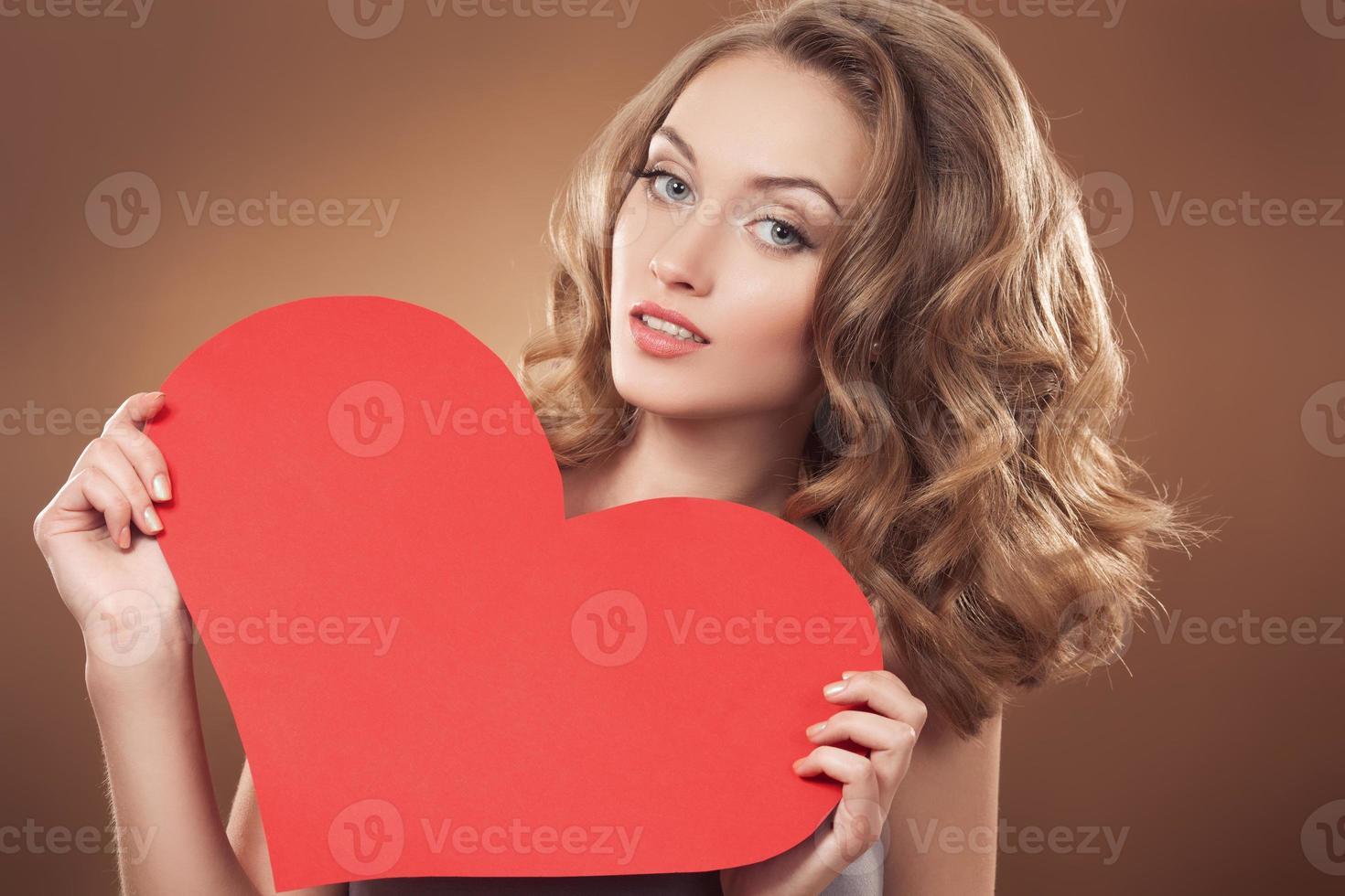 Mujer con cartel de corazón de San Valentín con espacio de copia foto
