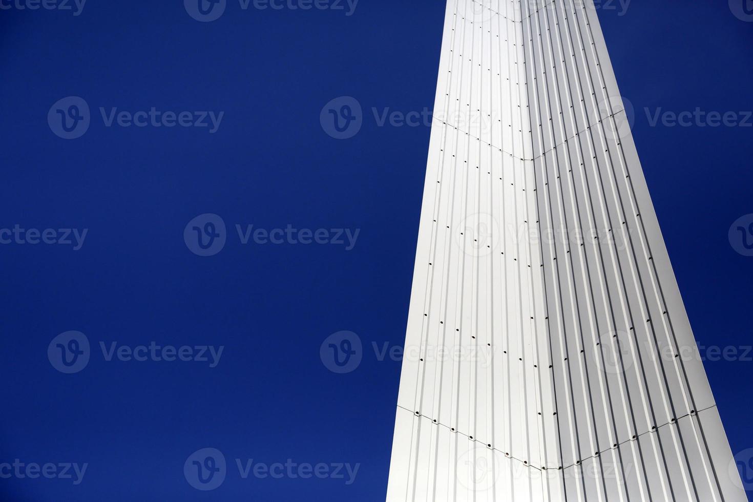 geometría moderna de metal con espacio de copia de cielo azul foto