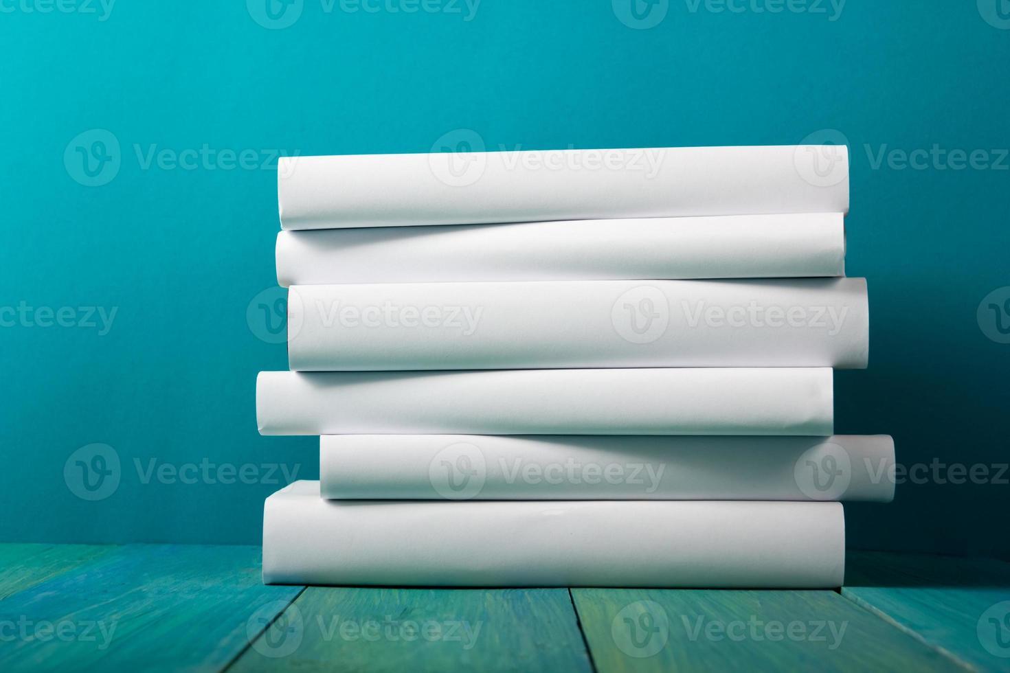 pila de libros blancos, fondo azul sucio, espacio de copia libre foto