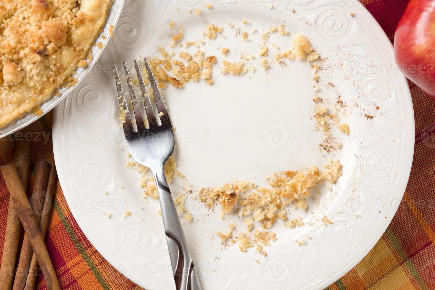 encima de la tarta, manzana, canela, copia migajas espaciadas en un plato foto