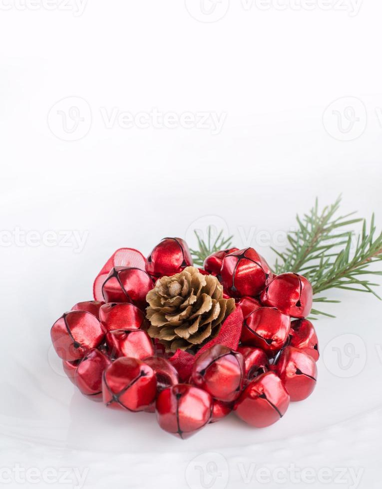 Placa blanca de Navidad con decoración. Vista superior con espacio de copia. foto