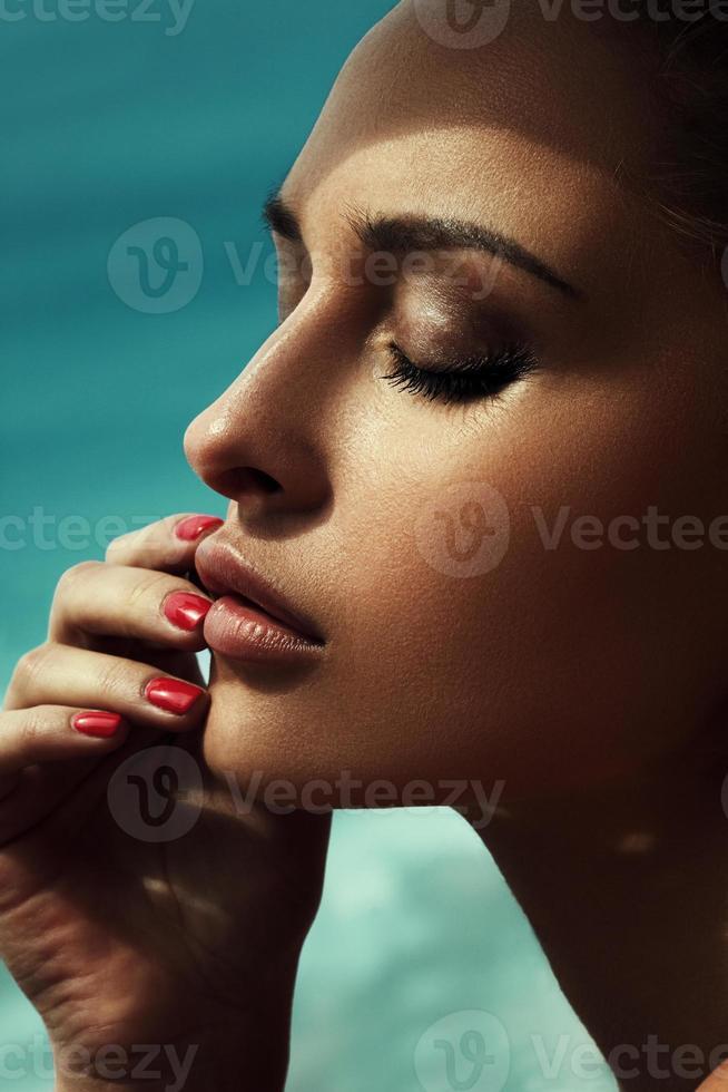 Retrato de glamour de hermosa modelo con maquillaje diario fresco foto