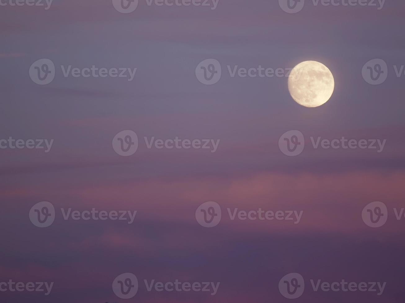 hermoso cielo con nubes rosas y luna llena foto