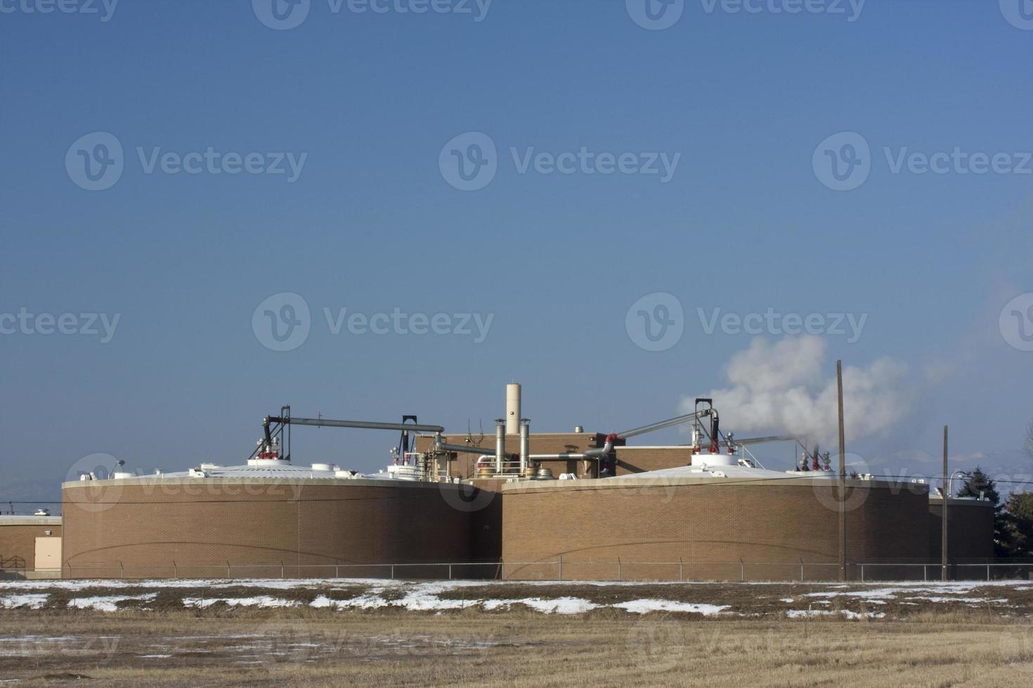 instalación de recuperación de agua contra el cielo azul (copia espacio) foto