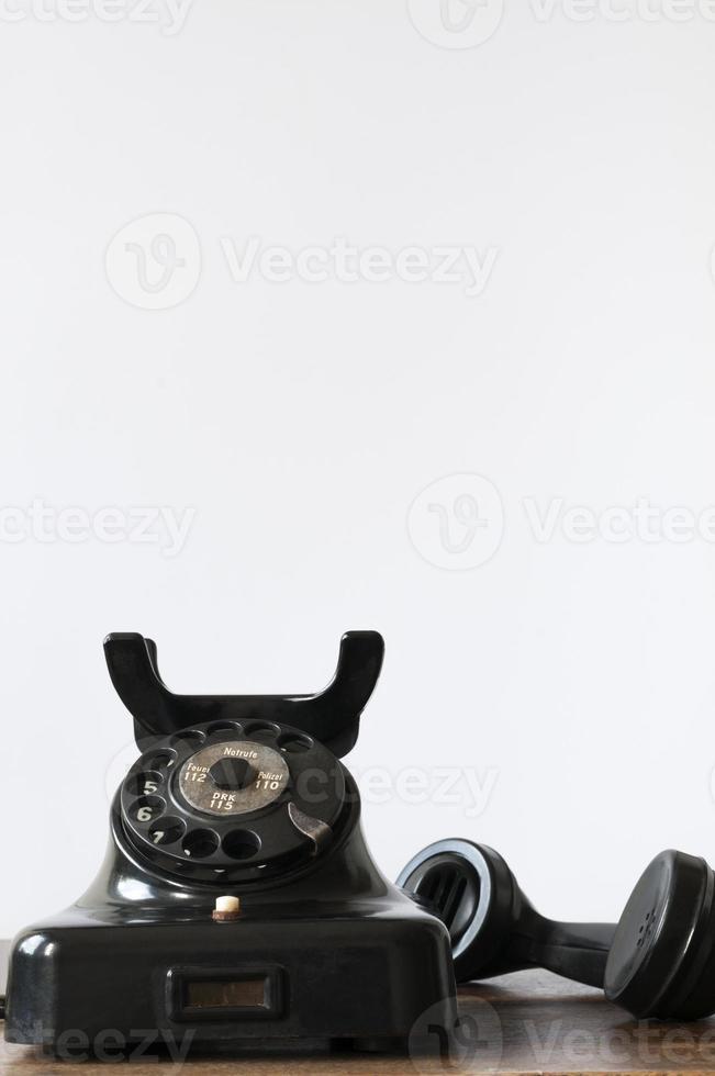 teléfono antiguo con fondo blanco para espacio de copia foto