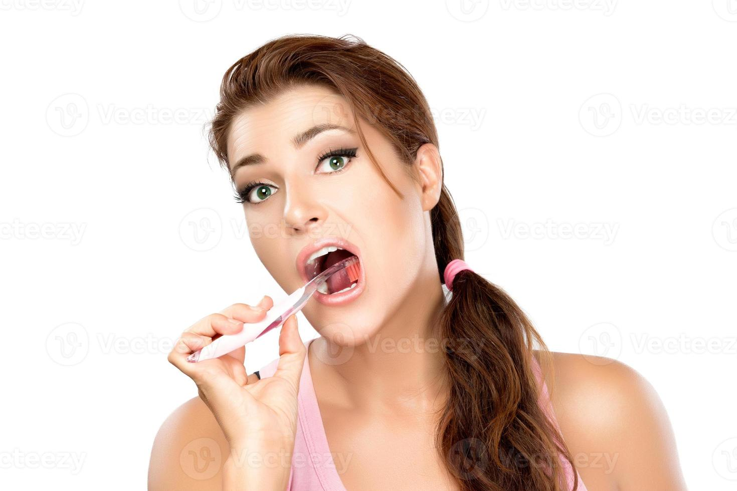 joven atractiva cepillarse los dientes foto